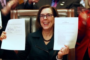 Gov. Brown signs new minimum wage law. The Oregonian photo